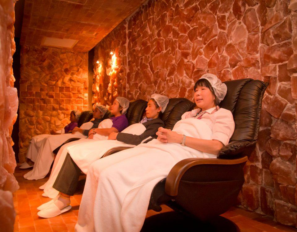 ดูแลสุขภาพด้วยถ้ำเกลือสีชมพู การเข้าถ้ำเกลือสีชมพู หรือเกลือหิมาลัย จะช่วยให้เรารู้สึกผ่อนคลายและช่วยบรรเทาอาการปวดหัว และช่วยเรื่องภูมิแแพ้